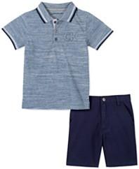 男孩翻边浮雕标志马球衫和斜纹短裤套装
